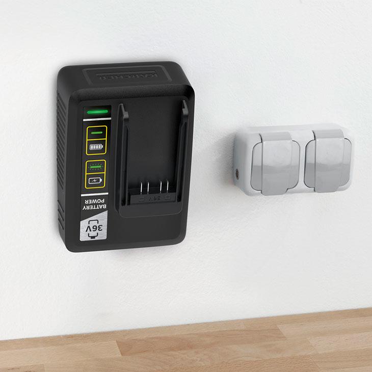 Зарядное устройство из комплекта Karcher Starter Kit Battery Power 36/50, прикрепленное к стене