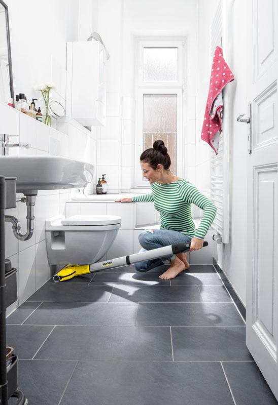 Уборка пола с помощью Karcher FC 3 Cordless в ванной