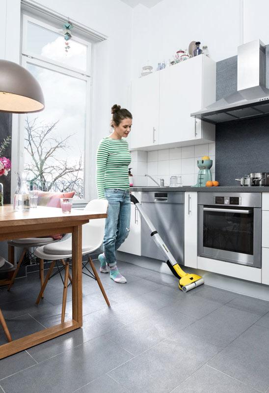 Уборка с помощью Karcher FC 3 Cordless на кухне